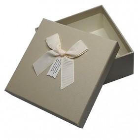 Cutie pentru cadou imitatie piele ivoire 13x13x5cm